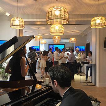 pianiste pendant la conversation talk